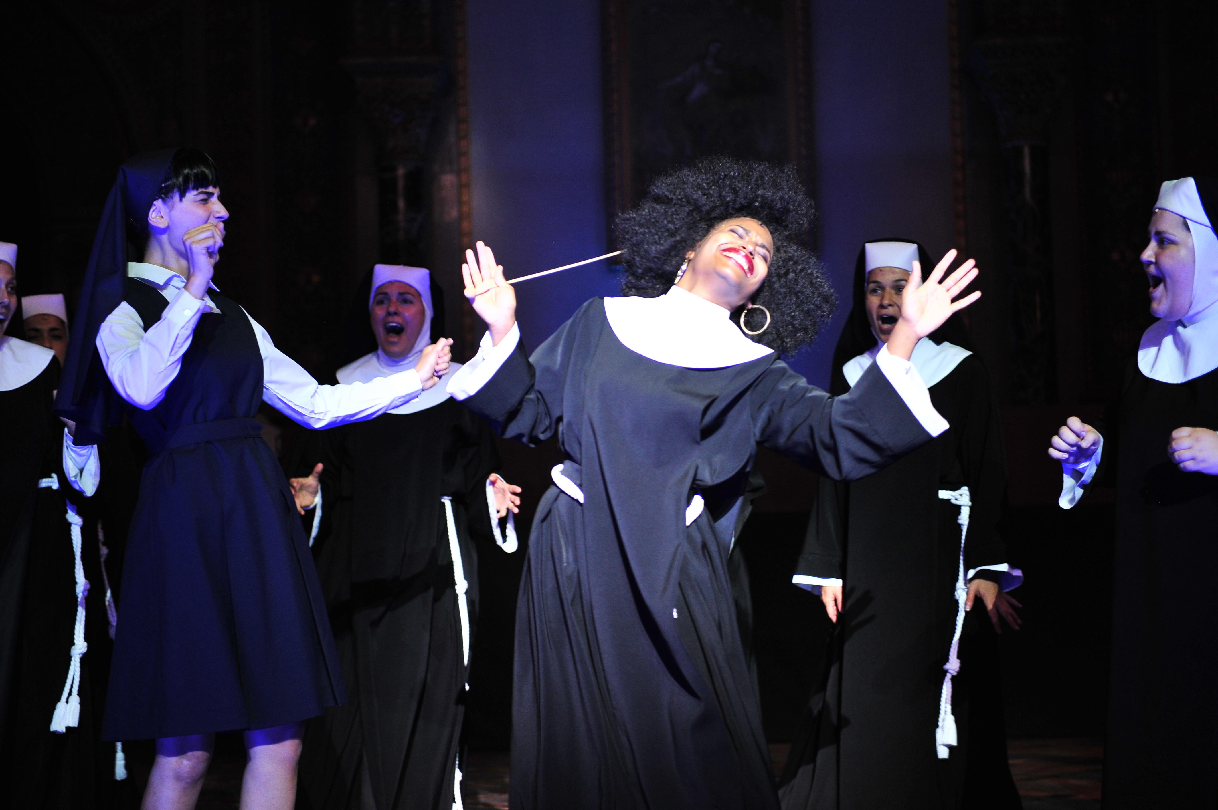 Escena de Sister Act con Mireia Mambo Bokele