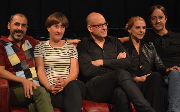 """Àlex Rigola con parte del elenco de""""Marits i mullers"""", de Woody Allen"""